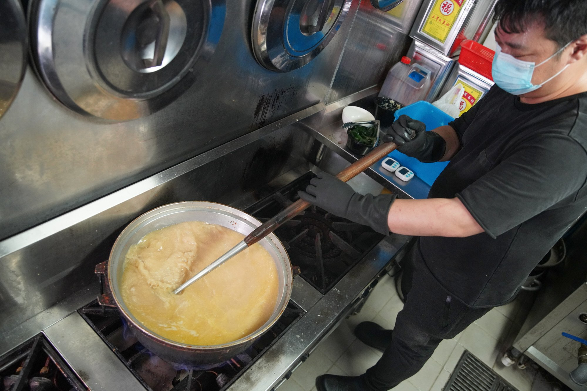 Chef at Tian Tian Hainanese Chicken Rice demonstrates how to cook the rice. Photo: Winson Wong