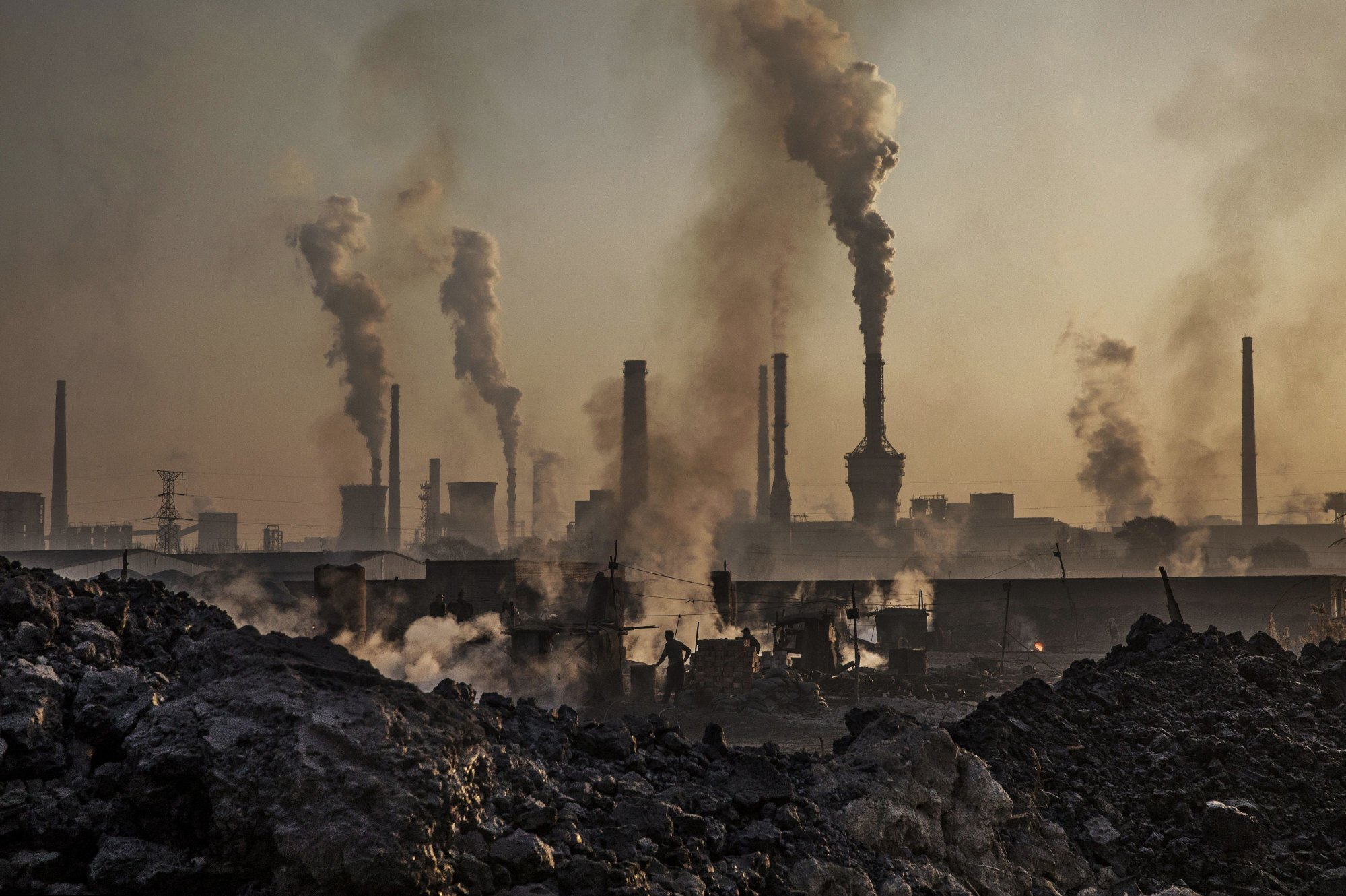 Smoke billows from a large steel plant in China's Inner Mongolia region on November 4, 2016. Photo: Getty Images