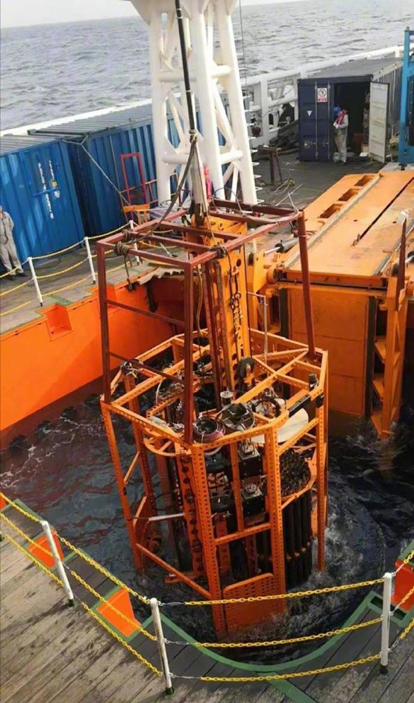 """Sediment core was obtained from a depth of 2,060 metres using the """"Sea Bull II"""" drilling system. Photo: Xinhua"""