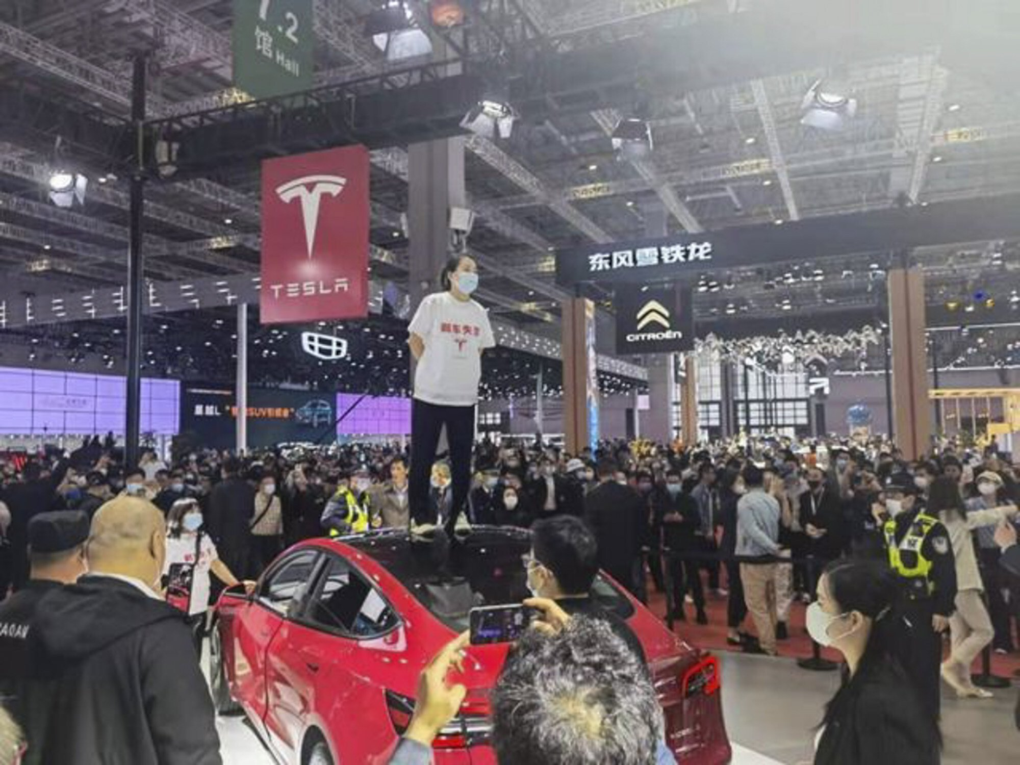 Zhang said she was protesting after the company refused to release her vehicle's full data from the crash and refused a to issue a refund. Photo: Baidu