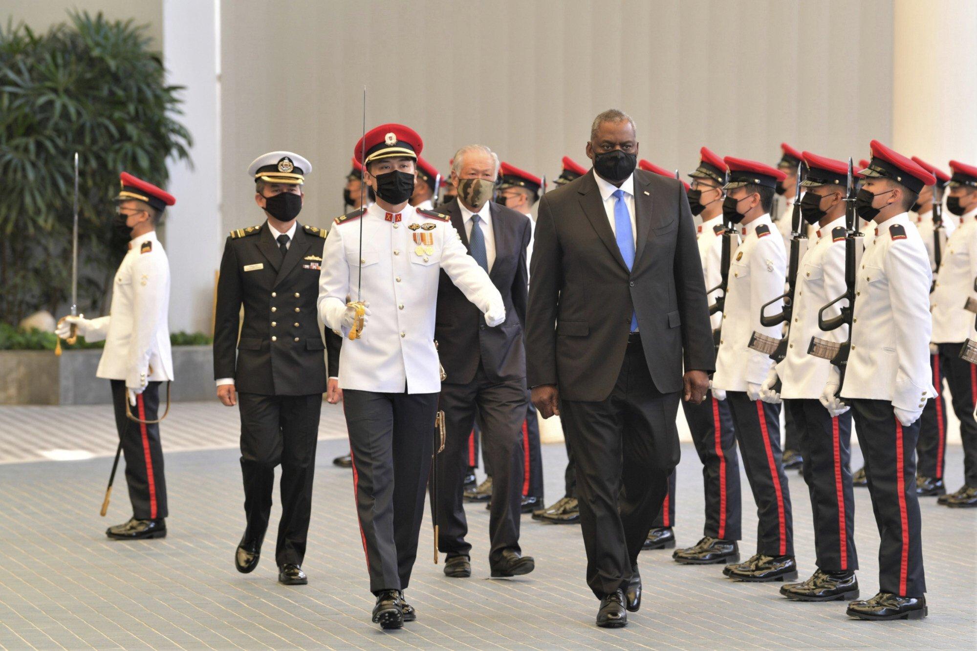 27 июля министр обороны США Ллойд Остин и министр обороны Сингапура Нг Энг Хен осматривают почетный караул в Министерстве обороны Сингапура. Фото: Министерство обороны Сингапура через AP