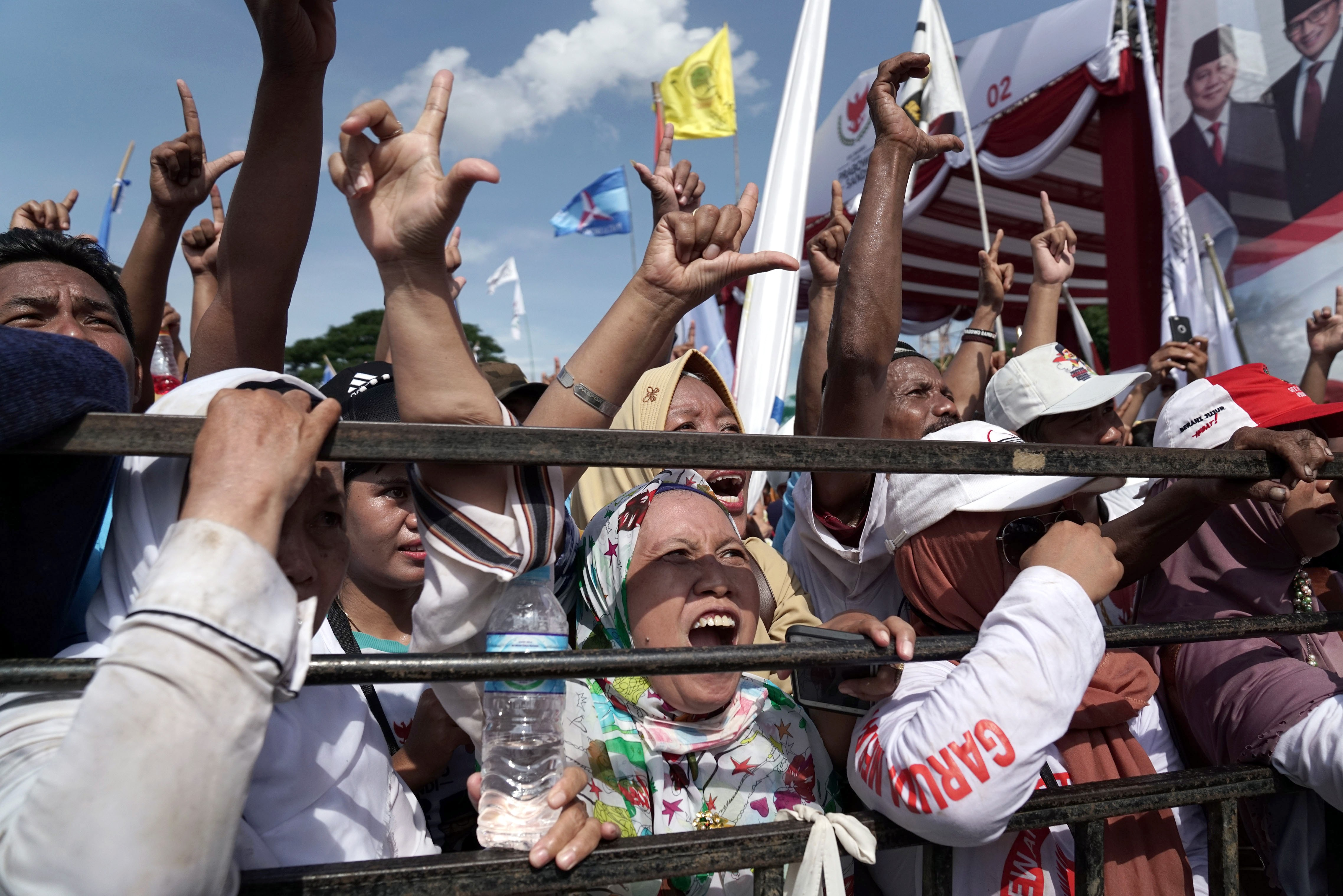 69e7d1d9 Indonesia elections: political parties react to allegations of vote stuffing