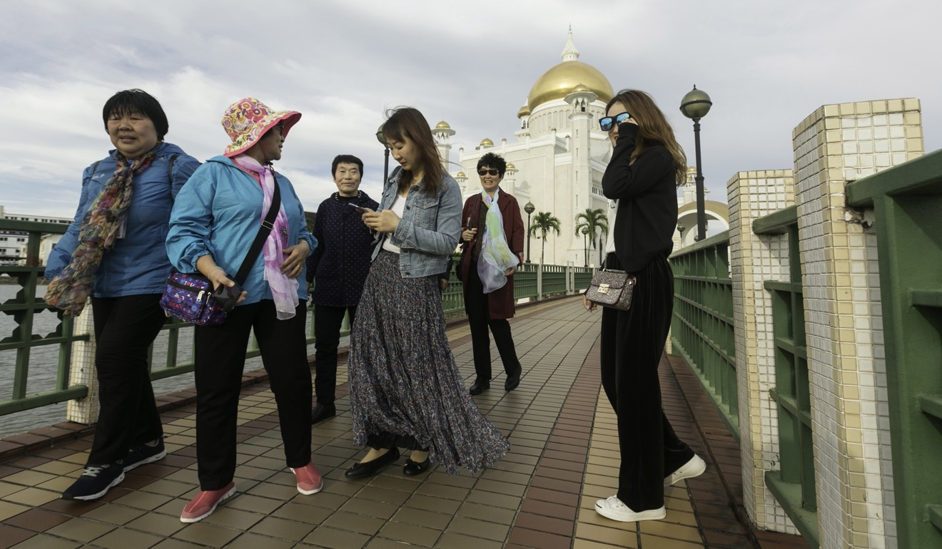 Chinese tourists at the Sultan Omar Ali Saifuddien mosque in Bandar Seri Begawan. Photo: EPA-EFE