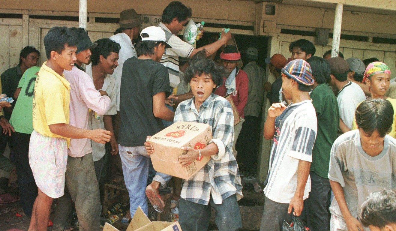 Indonesian looters ransack an ethnic Chinese-owned shop in 1998. Photo: AP