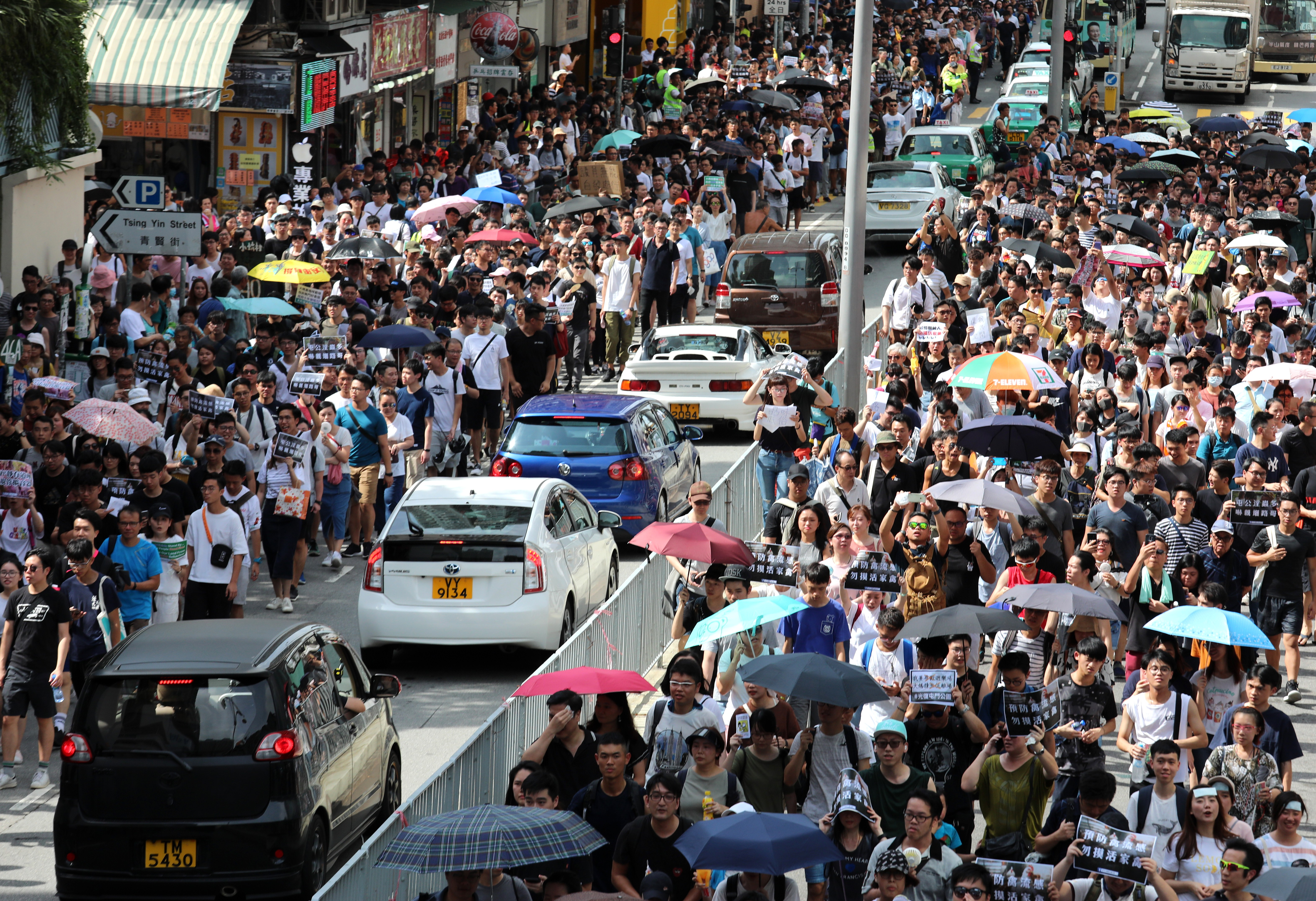 Large crowd gathers in Hong Kong to protest against noisy middle