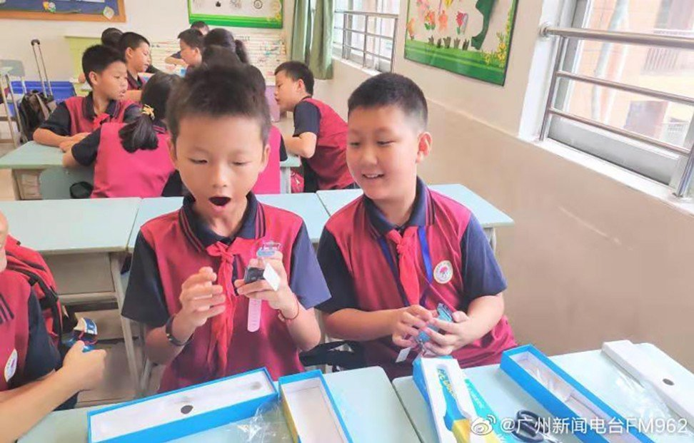 Children in 60 primary schools received the free smart watches. Photo: Weibo