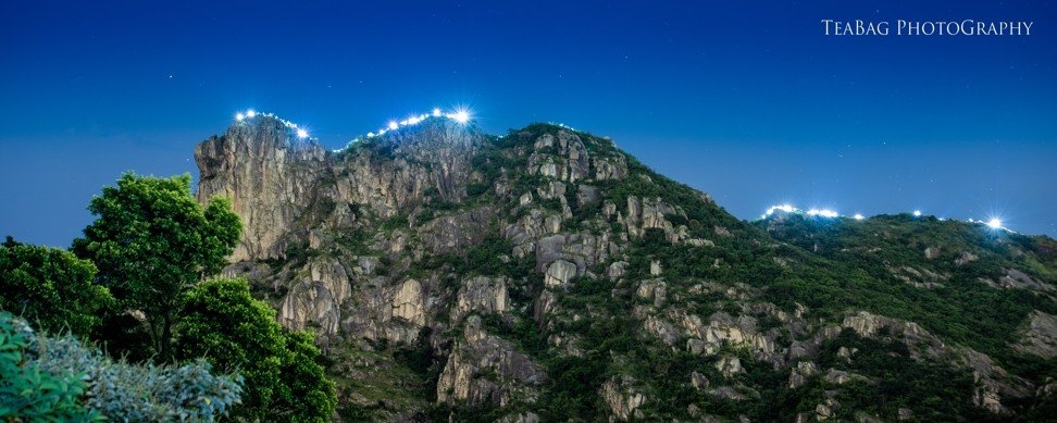Trail runners and nature lovers line Lion Rock in support of the Hong Kong protesters. Photo: TeaBag Photography
