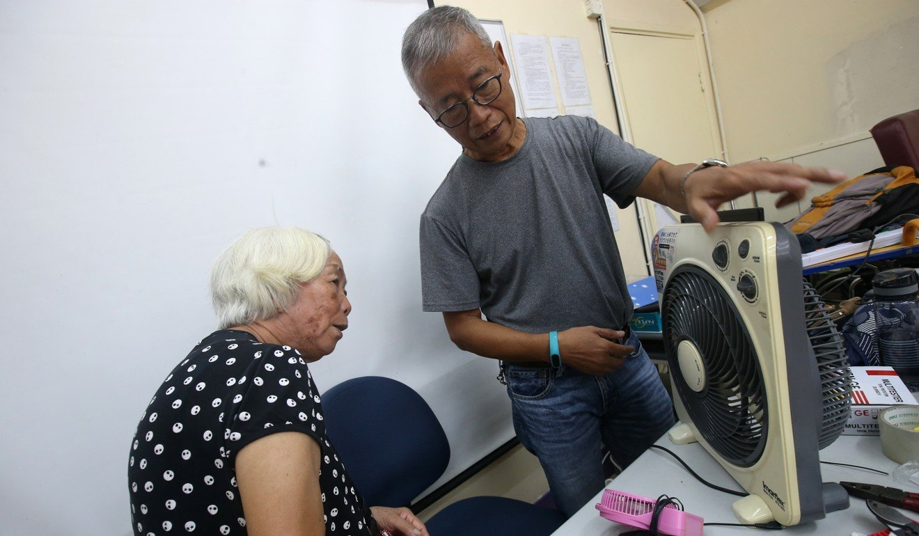 Wat Po-wing works on an electronic fan. Photo: David Wong