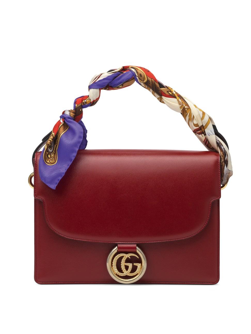 Cấu trúc hình hộp của chiếc túi Gucci mới được bù đắp bằng chi tiết lụa, da lộn mềm mại và da, cũng như các tông màu gợi lên phong phú của màu đỏ đất, đen và xám bụi.