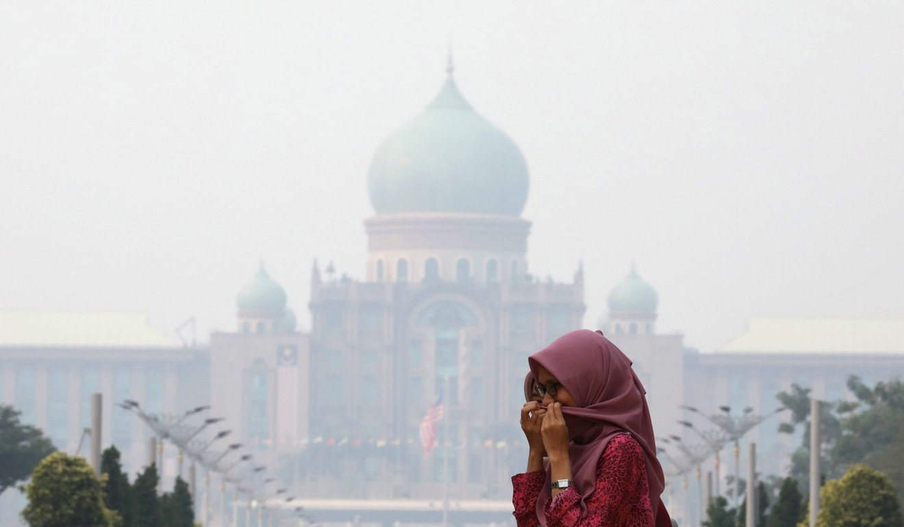 Malaysia shuts 1,000 schools and Singapore worries about Formula One race as haze from Indonesian fires intensifies
