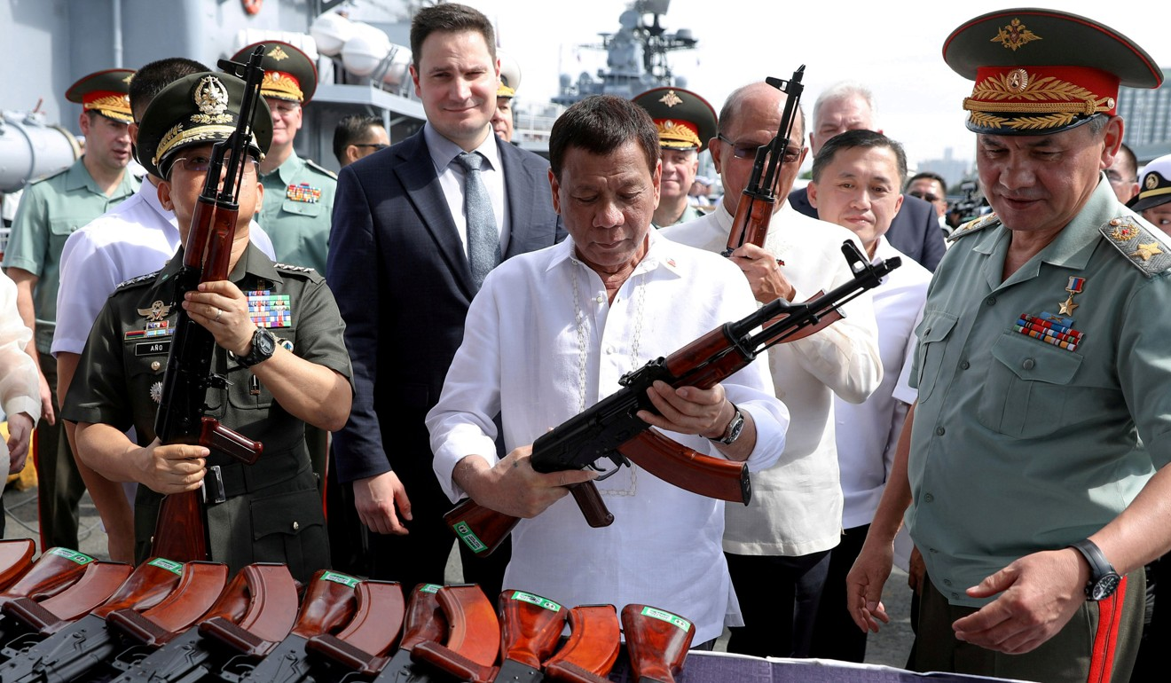 Philippine President Rodrigo Duterte inspects firearms donated by Russia in 2017. Photo: Reuters