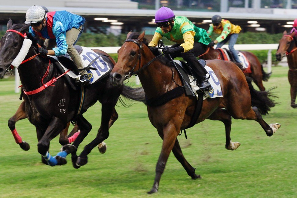 Amazing Beats (right) runs second to Dark Dream in a Happy Valley trial last month.