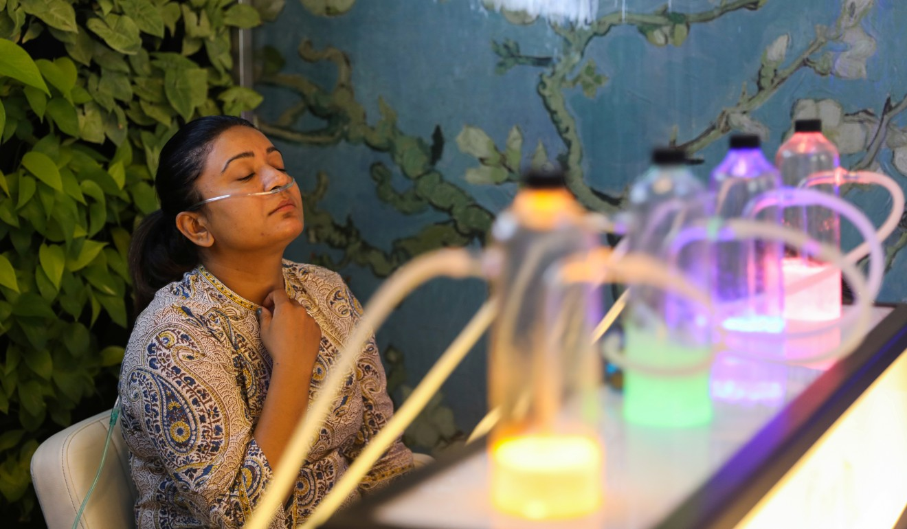 In smog-choked New Delhi, enterprising oxygen bar soothes residents' lungs – for a price