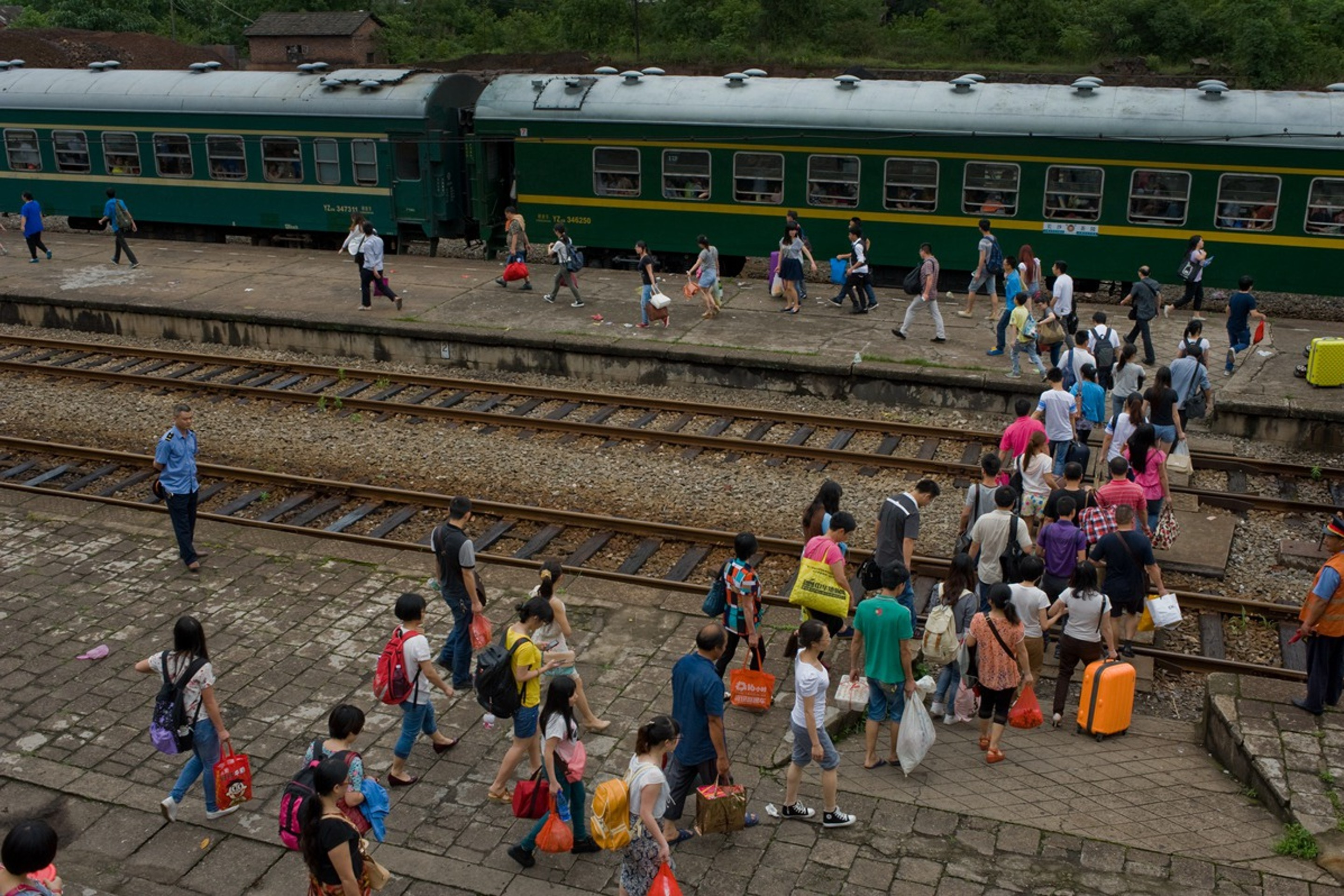 Passengers walk on the tracks to catch train No 2368, which runs from Chaling to Changsha, in Hunan province, in June 2014. Photo: Qian Haifeng