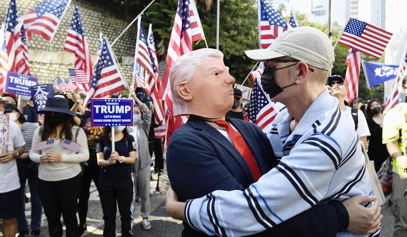 Un manifestante con una máscara de Donald Trump se une a una manifestación pro-estadounidense el domingo.  Foto: Kyodo