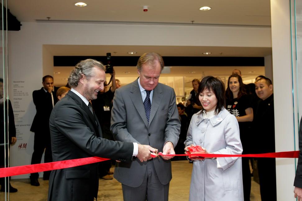 Stefan Persson (giữa) tại buổi khai trương cửa hàng trung tâm của H & M vào tháng 3 năm 2007, bên cạnh là quản lý quốc gia Lex Keijser (trái) và quản lý cửa hàng Diane Cheung. Ảnh: Bản tin