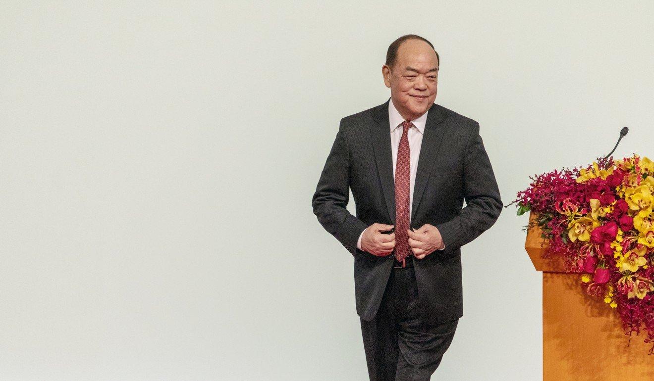 澳门新任首席执行官何雅生在上周五的就职典礼上发表讲话后走下了舞台。 照片:彭博社