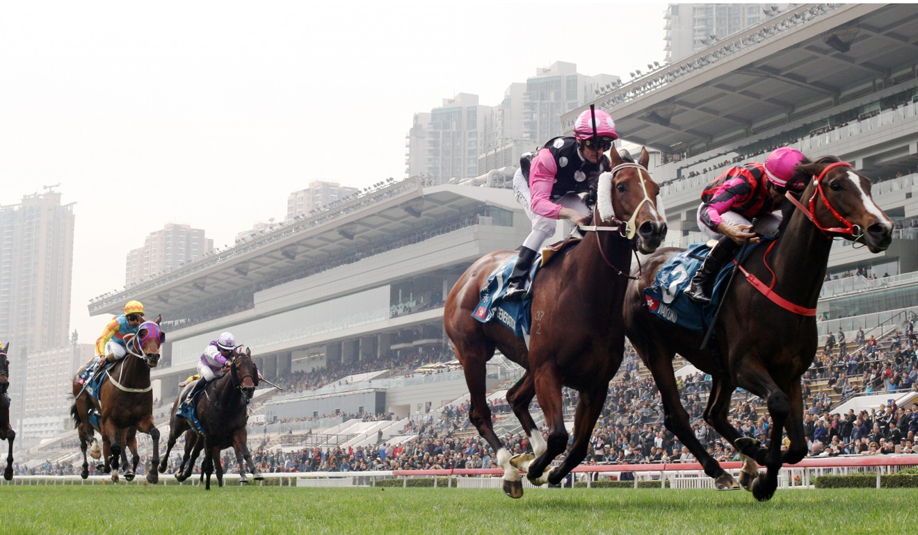 Beauty Generation (inside) and Waikuku race up the Sha Tin straight.