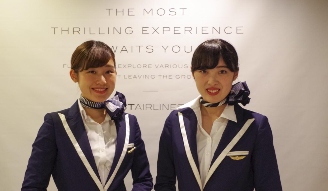 El personal da la bienvenida a los clientes de First Airlines.  Foto: First Airlines