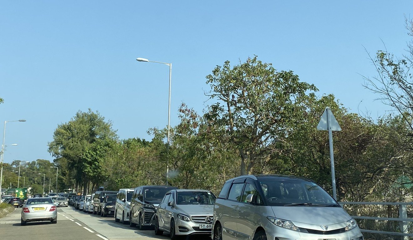 A line of cars pack the roadside near the reservoir. Photo: Denise Tsang