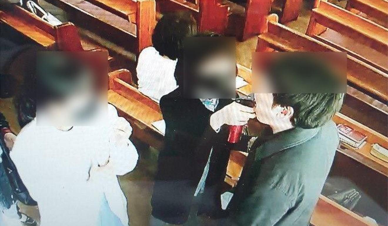 Uma foto fornecida pelo escritório do porta-voz da Província de Gyeonggi mostra um funcionário da Igreja da Comunidade River of Grace pulverizando água salgada na boca de um crente. Foto: Folheto