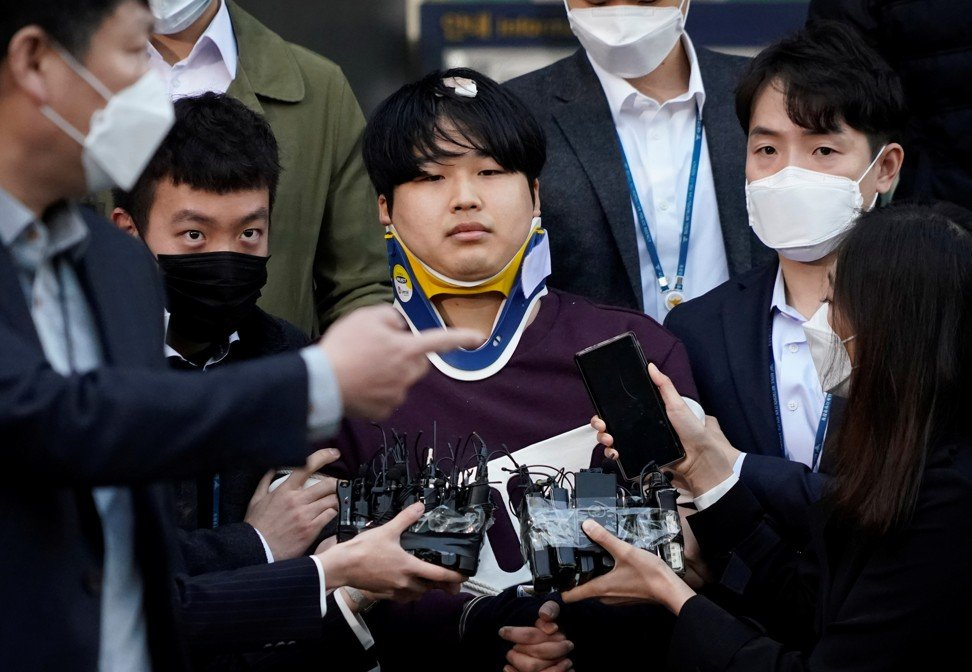 Cho Joo-bin, el administrador principal del grupo Telegram 'Nth Room', sale de una estación de policía cuando es transferido a la oficina del fiscal en Seúl, Corea del Sur, el 25 de marzo. Foto: Reuters