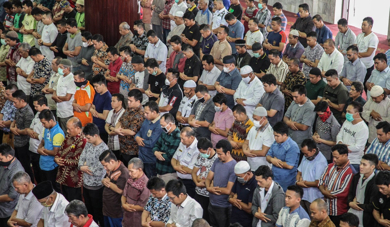 Indonesian Muslims attend congregational Friday prayers in Medan, North Sumatra on April 3 without applying social distancing rules amid concern over the Covid-19 pandemic. Photo: AFP
