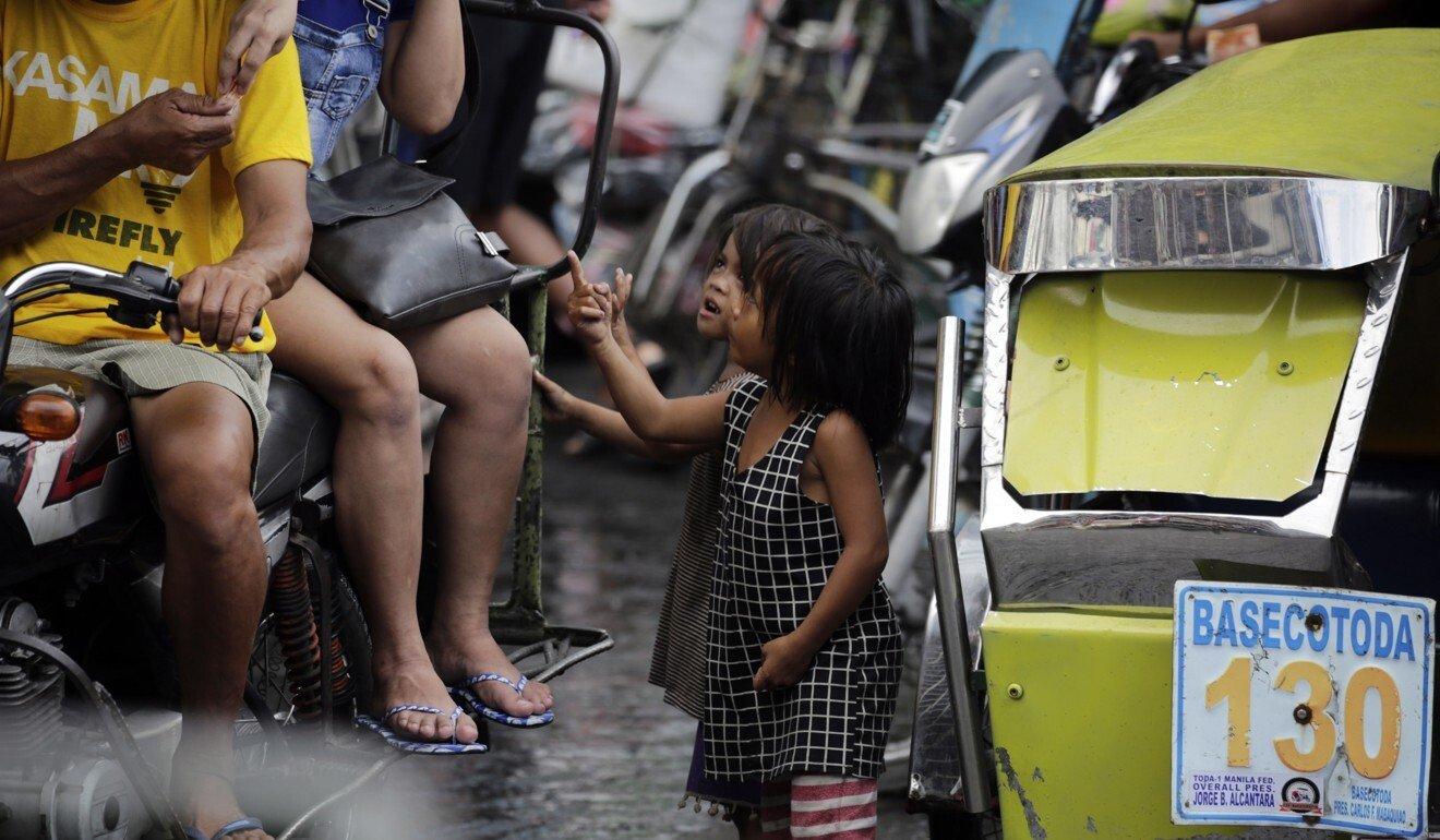 Filipino children beg for money in Manila. Photo: EPA