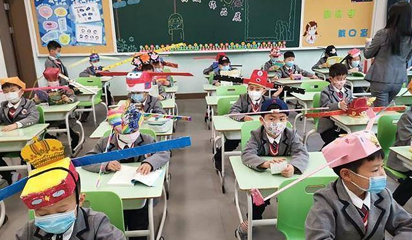 The pupil's head gear is designed to drive home the social distancing message. Photo: Weibo