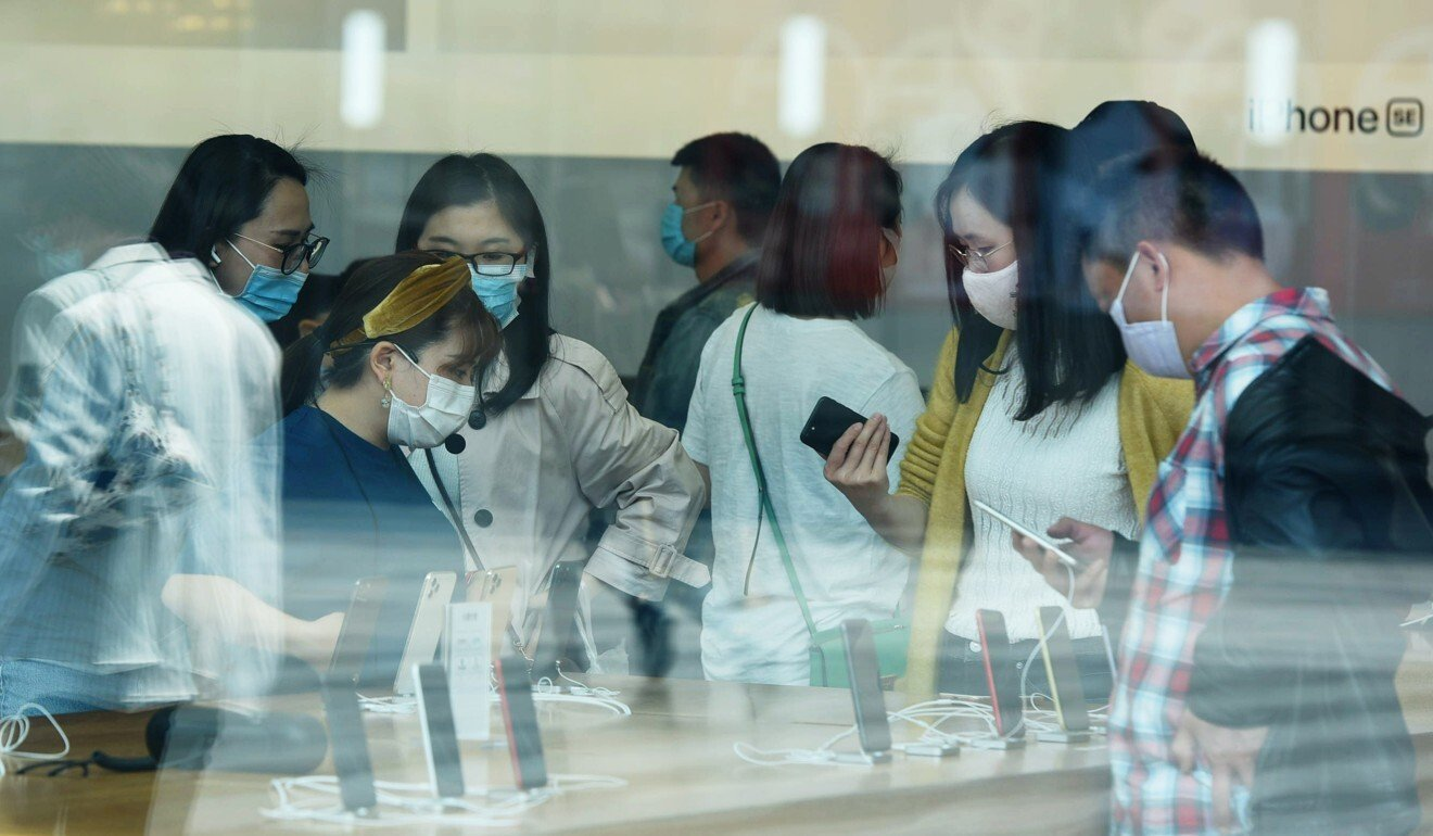 Customers at an Apple store in Hangzhou, Zhejiang province, on April 24. Photo: China Daily via Reuters