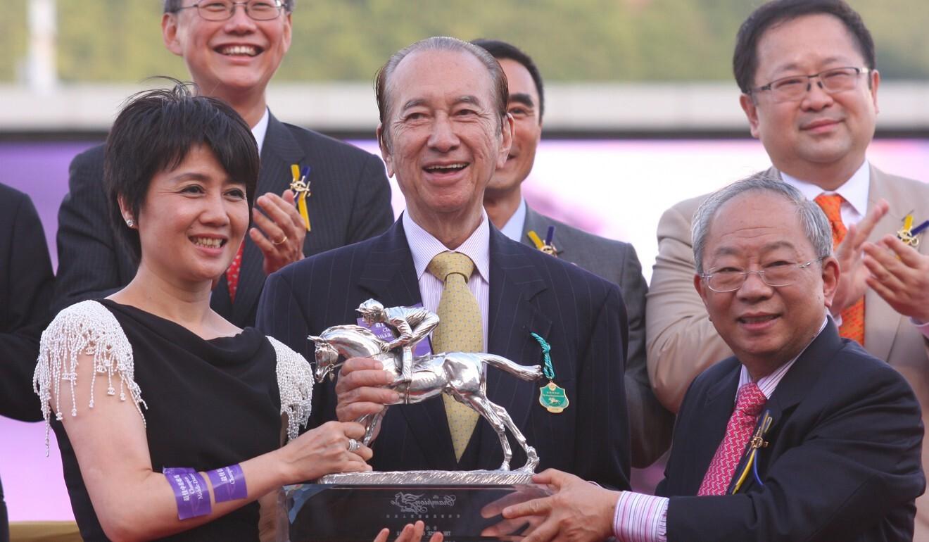 Stanley Ho celebrates Viva Pataca's 2008-09 Horse of the Year victory.