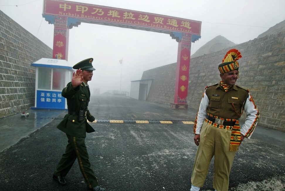A Chinese soldier seen next to an Indian soldier at the Nathu La border crossing between India and China in India's northeastern Sikkim state on July 10, 2008. Photo: AFP