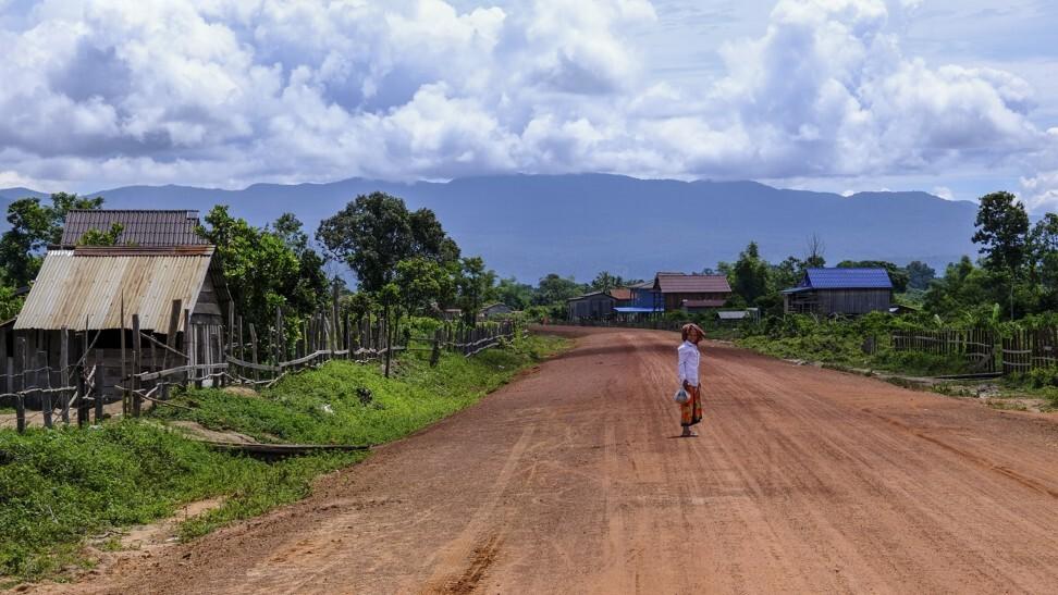一位老太太穿过这条新路进入阿伦河谷。 照片:彼得·福特
