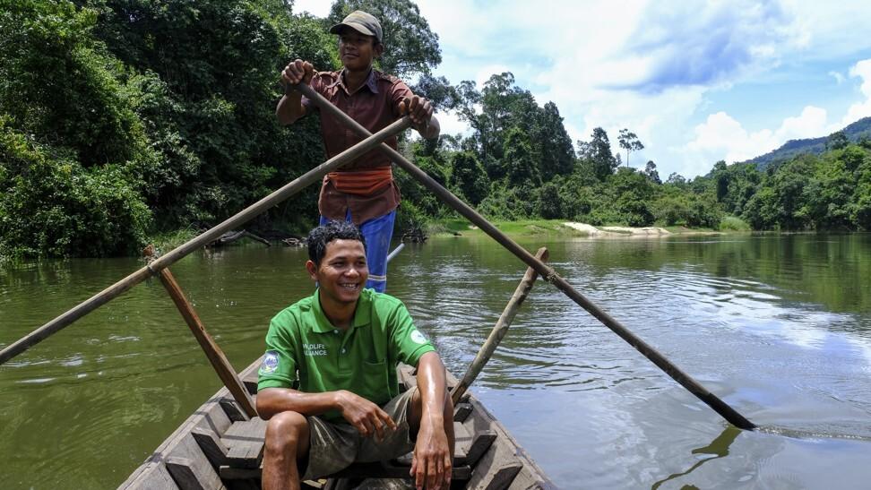 当我们穿越Areng河时,指导Rin Rith和我们的船夫。 照片:彼得·福特
