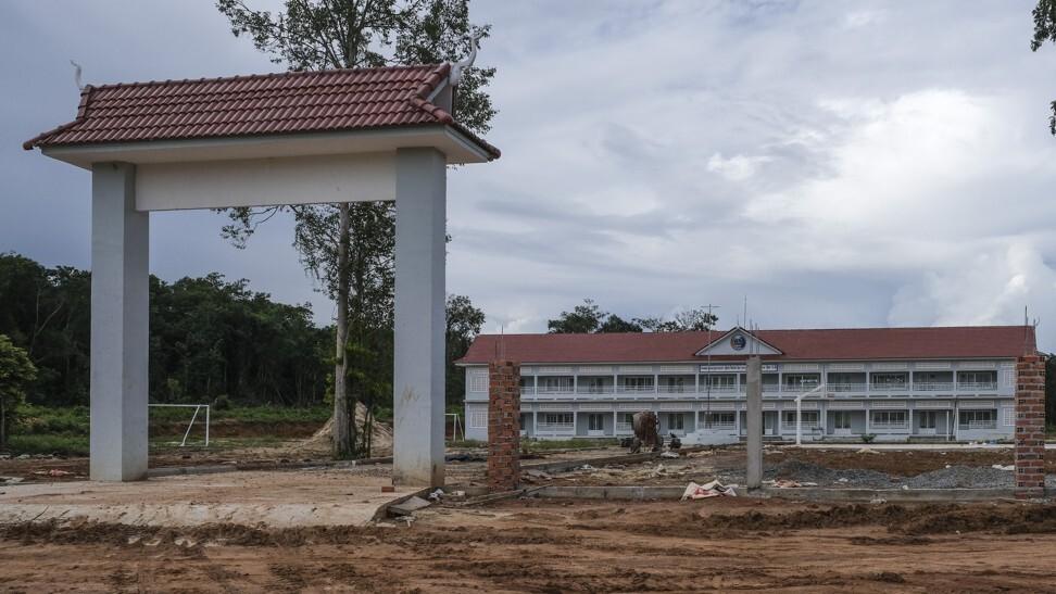 阿伦河谷(Areng Valley)的一所大型新高中。 照片:彼得·福特
