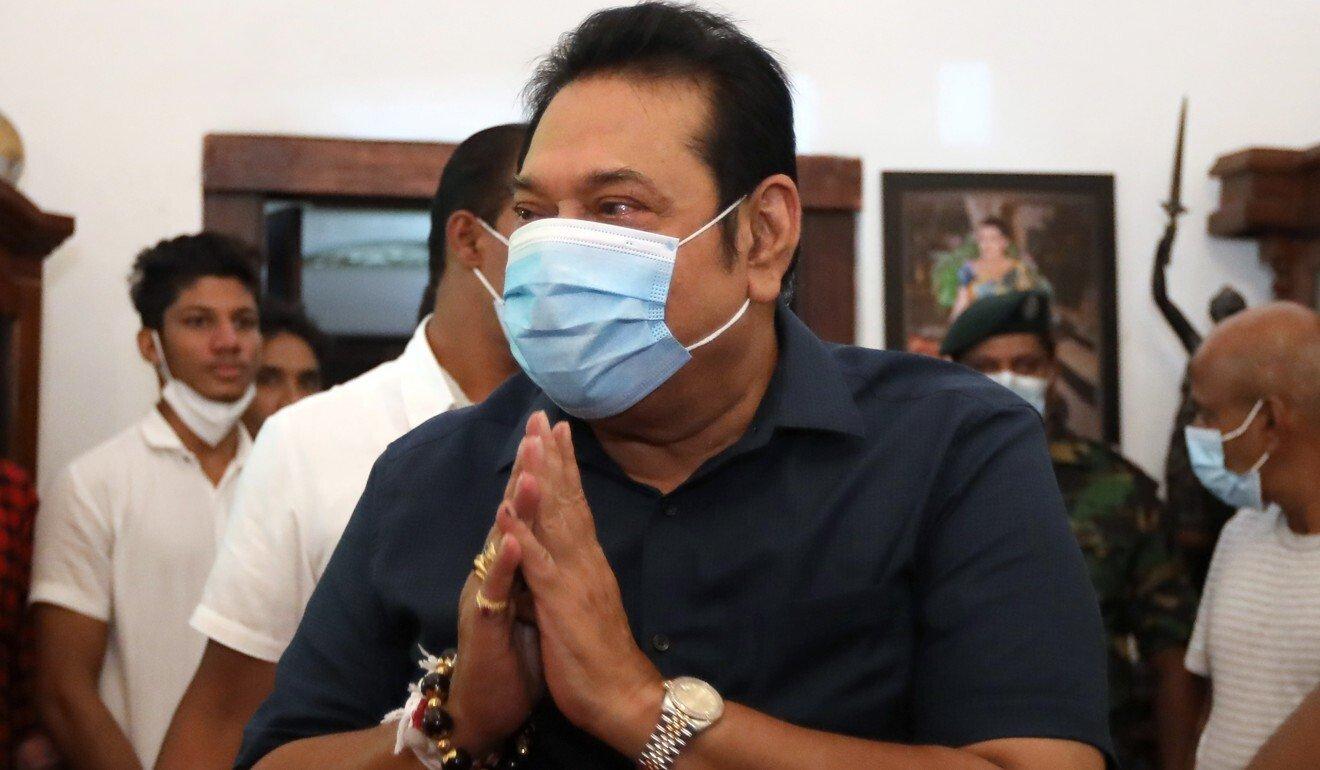 Sri Lankan Prime Minister Mahinda Rajapaksa greets people at his home on August 7. Photo: EPA-EFE