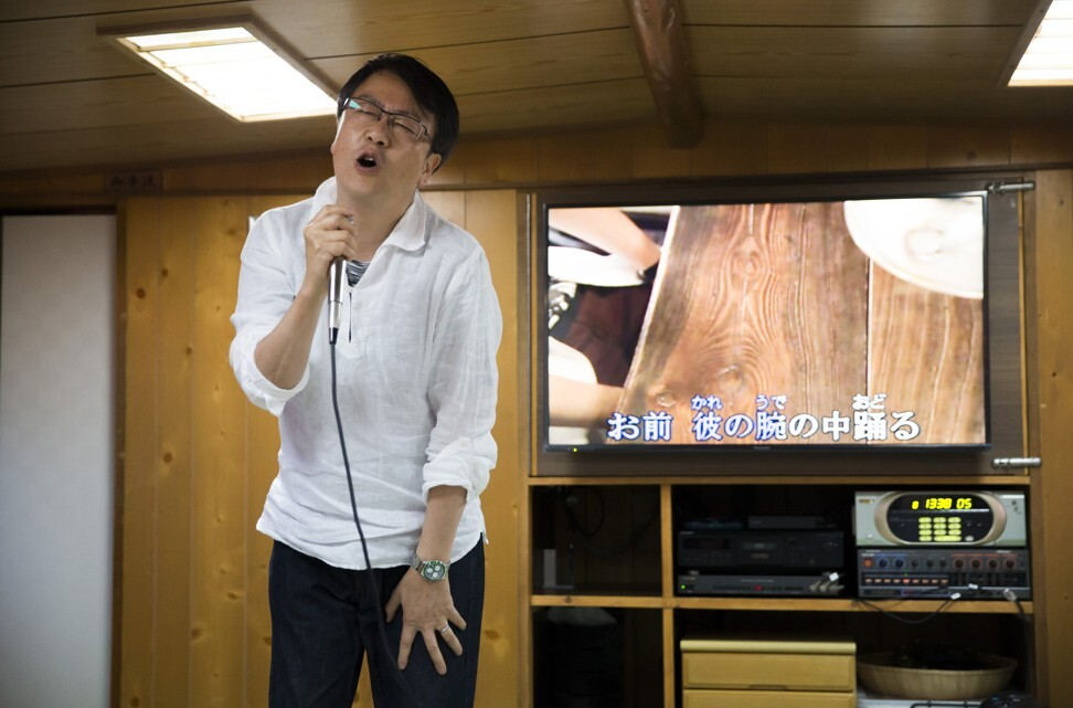 A man sings a song using a karaoke machine in Tokyo, Japan. Photo: Getty Images