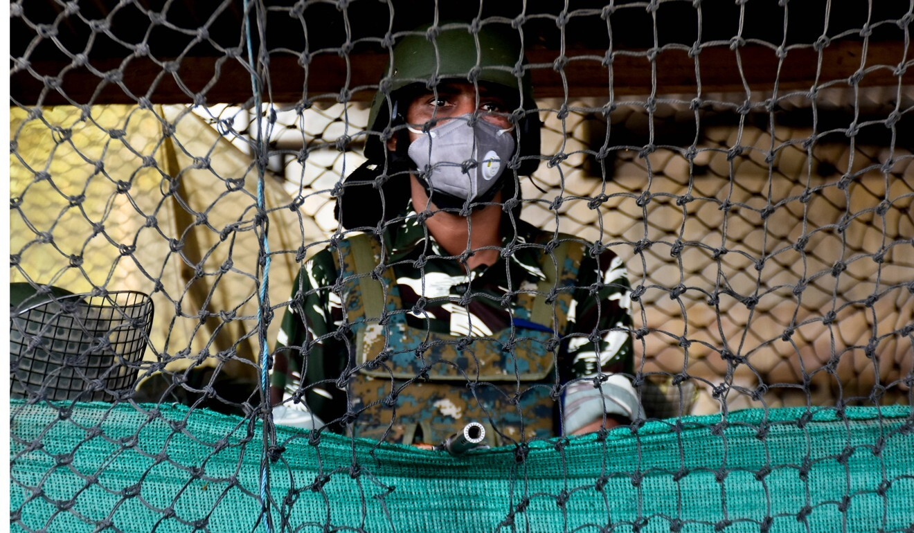 An Indian soldier is seen in Srinagar during a curfew on Independence Day in the Kashmir valley. Photo: DPA
