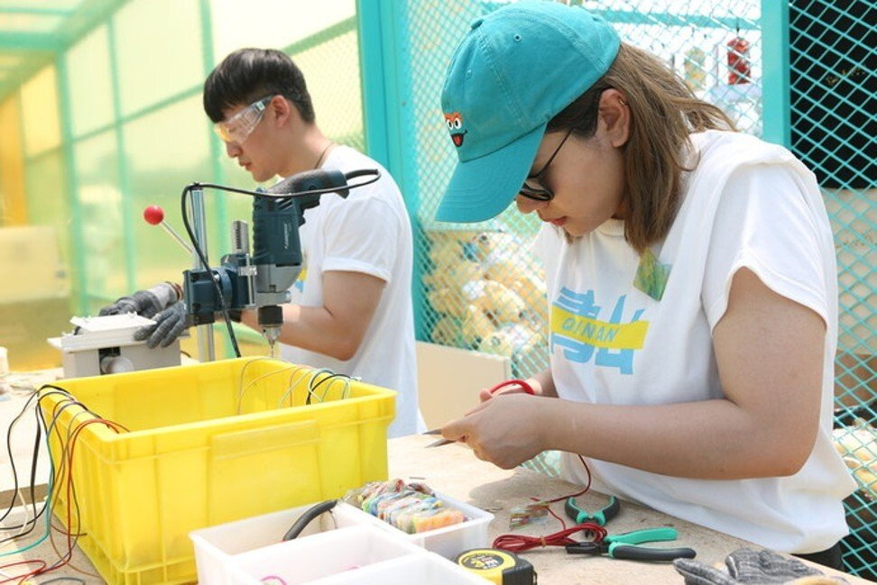 Volunteers with Meituan Dianping's Blue Mountain Project make gadgets from recycled food packaging materials during an event in Beijing in June of last year. Photo: Handout