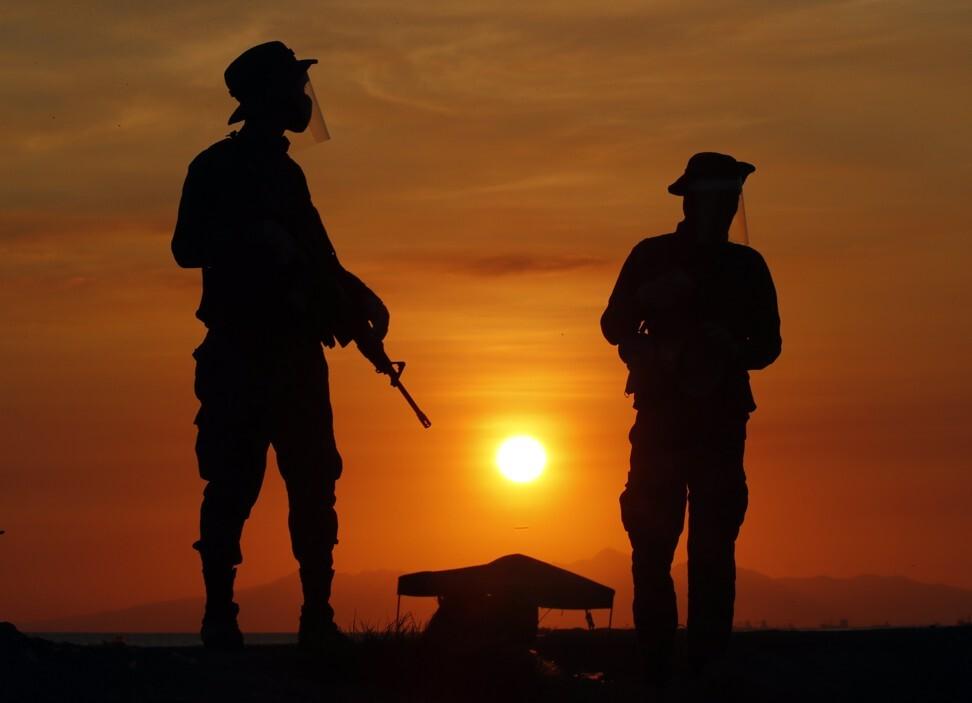 Filipino soldiers patrol along Manila bay. Photo: EPA