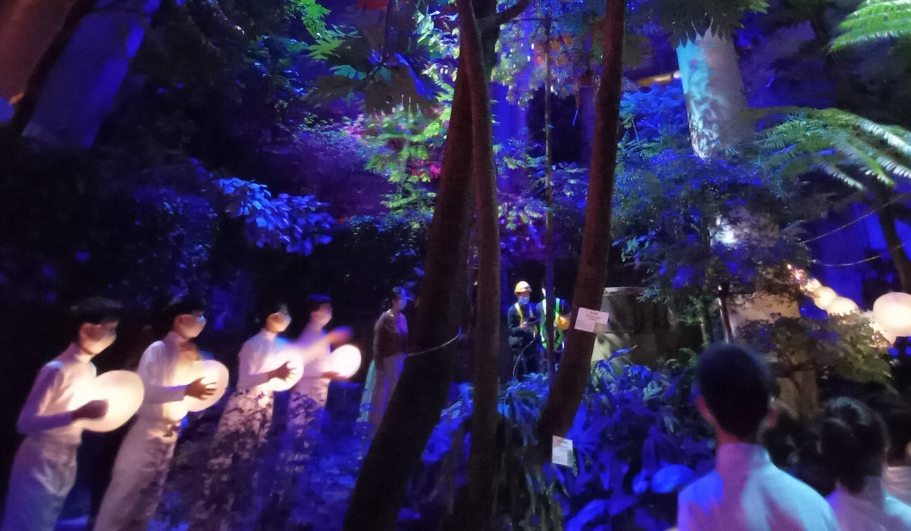 Hong Kong's virtual reality version of Aria offers a 360-degree perspective of the production, with cameras showing unusual viewpoints, such as that of an insect or a bird in flight.