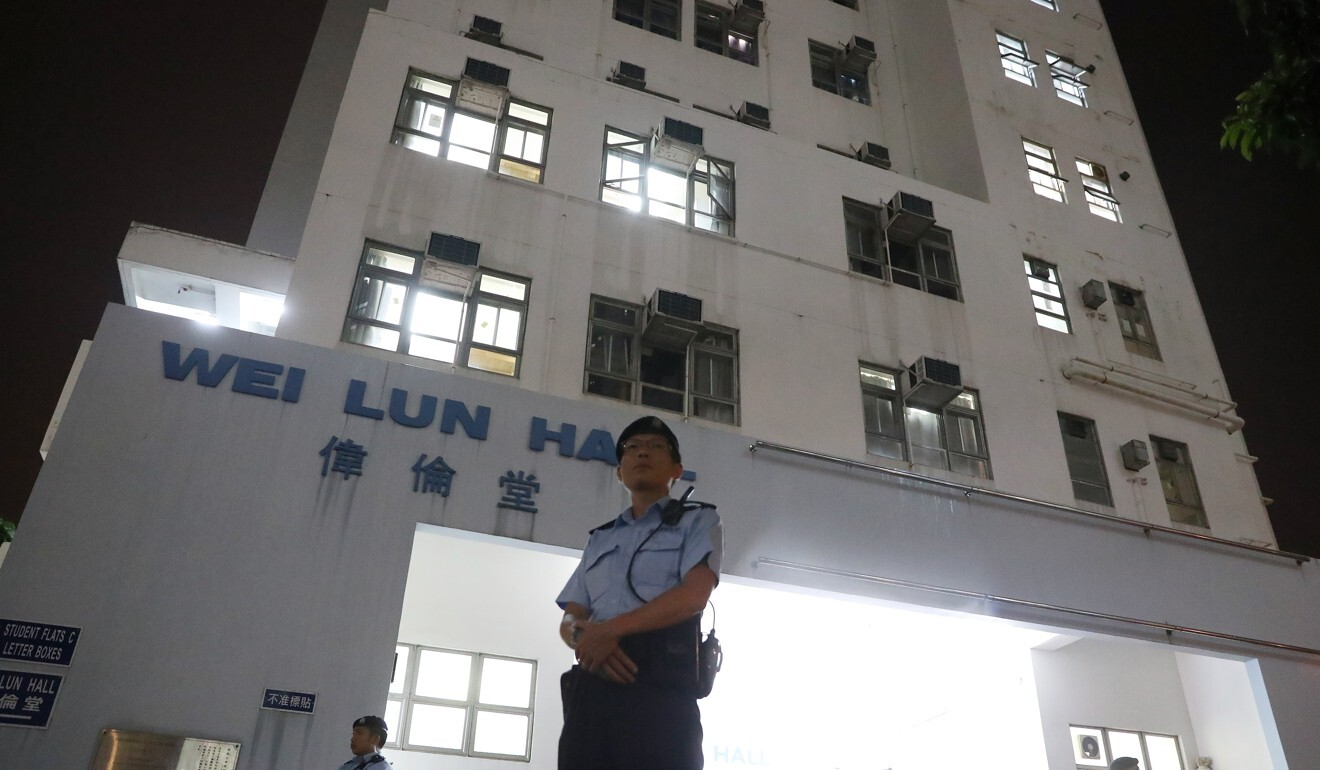 Police officers stand outside Wei Lun Hall, where Cheung Kie-chung and his family lived. Photo: K. Y. Cheng