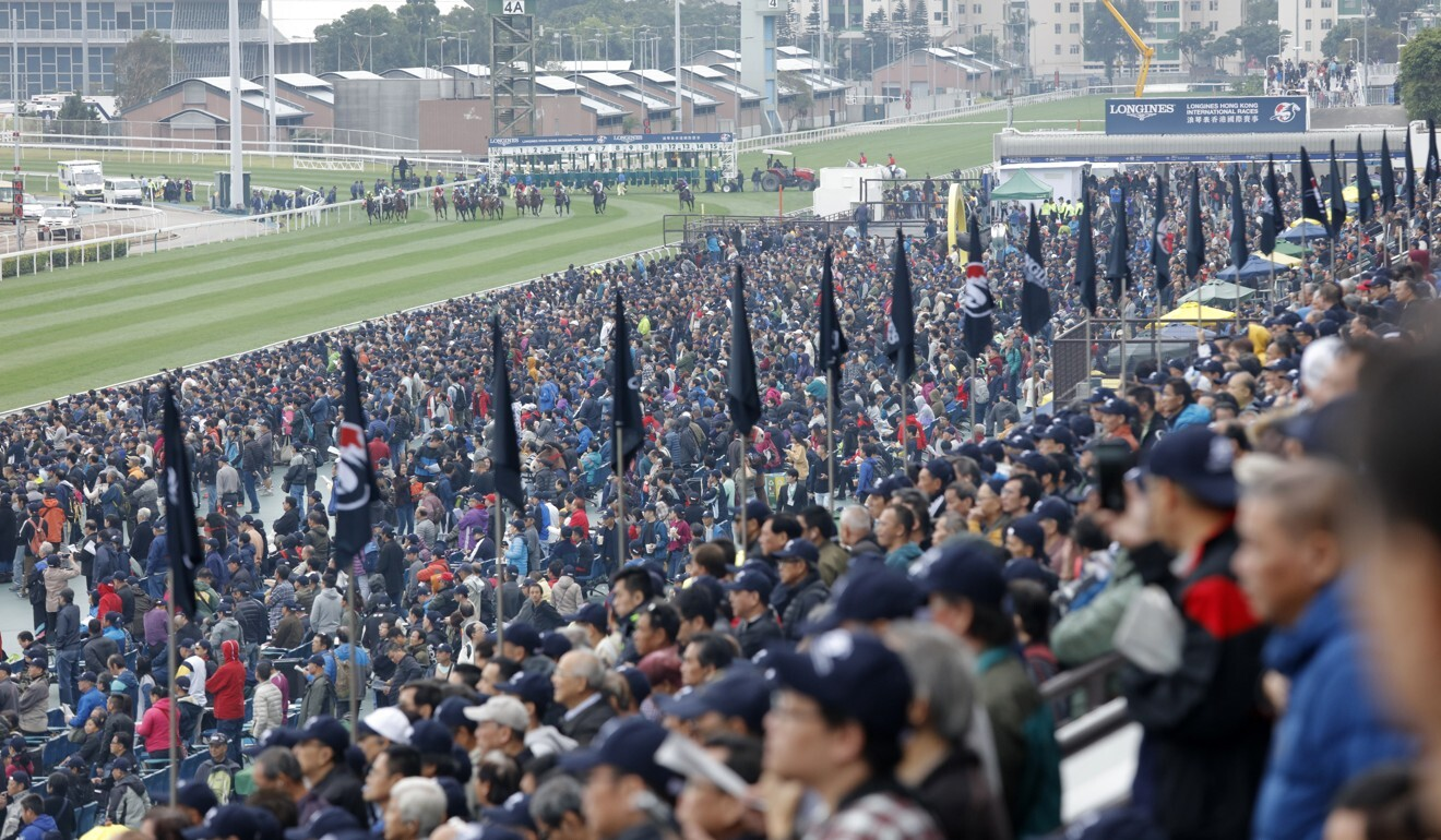 A packed crowd watches the 2018 Hong Kong Vase.