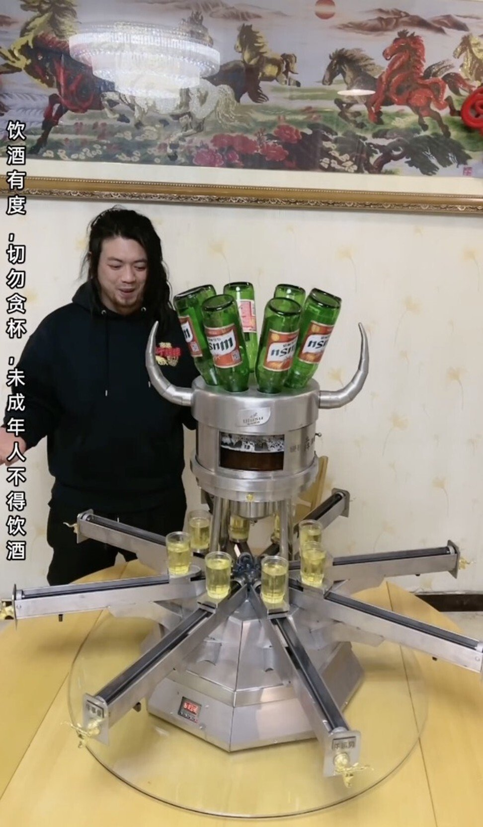Useless Edison with a machine he invented that pours eight glasses of beer simultaneously. Photo: Weibo/Useless Edison