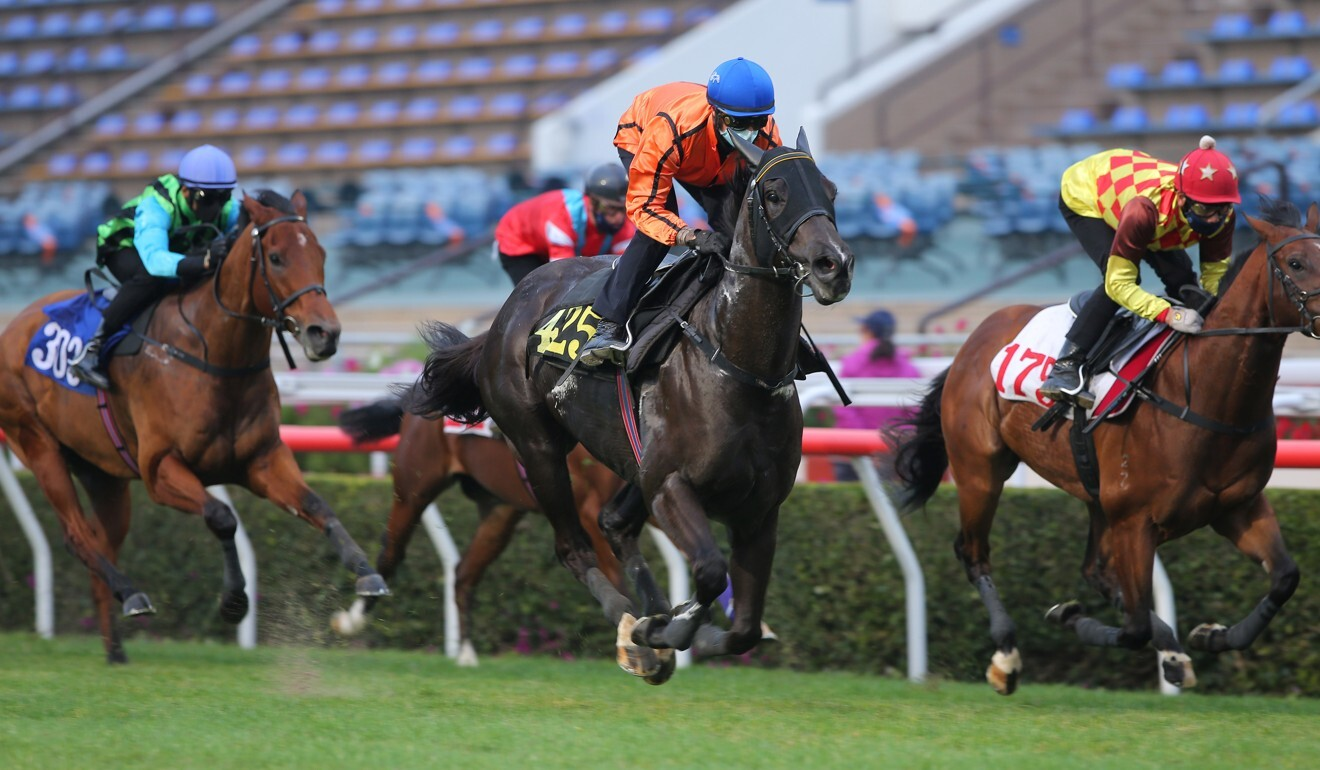 Simply Spectacular trials up the Sha Tin straight under Zac Purton.