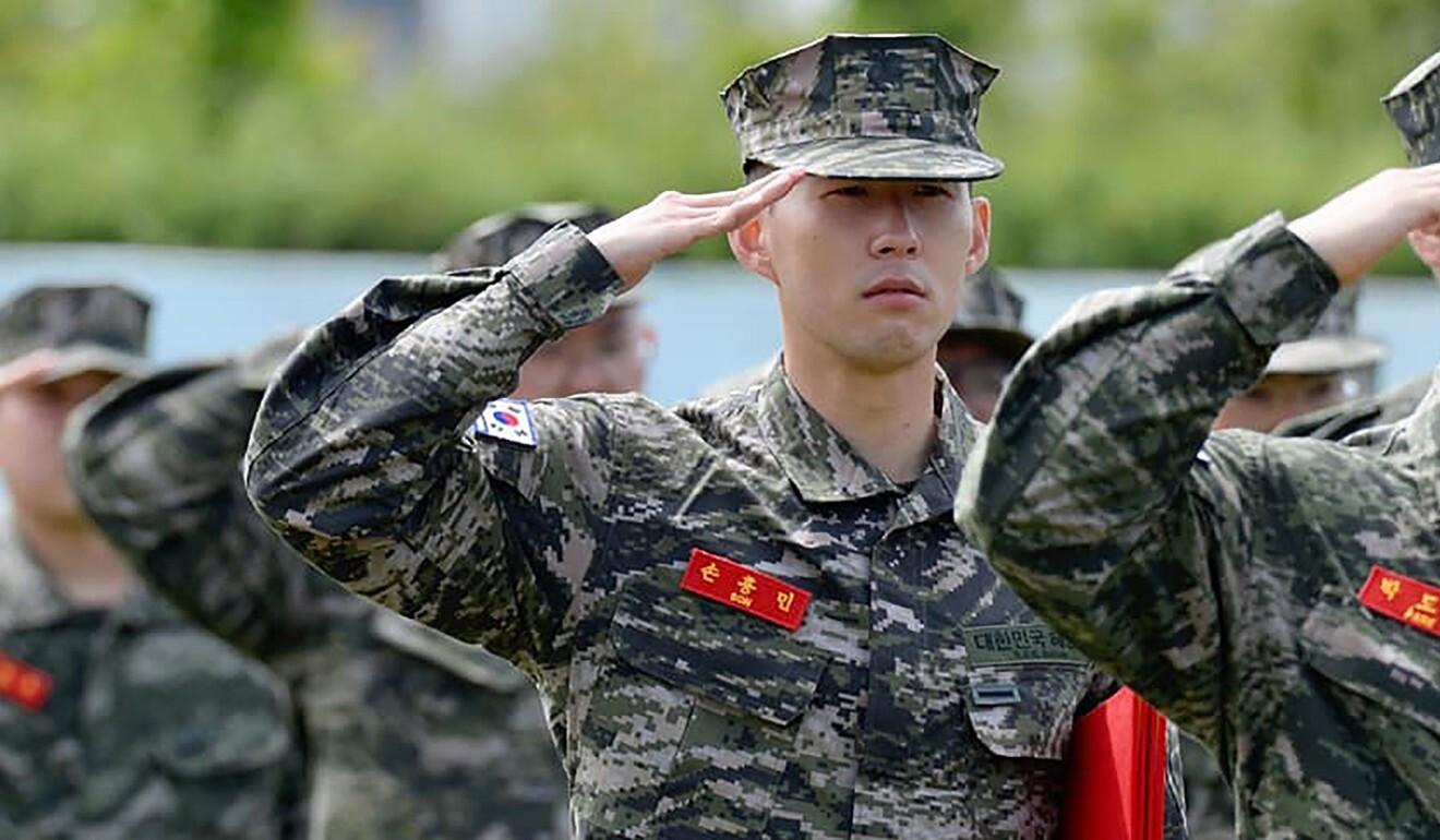 Tiền đạo Son Heung-min của Hàn Quốc trong bộ quân phục chào trong buổi lễ hoàn thành khóa huấn luyện quân sự cơ bản tại trại huấn luyện lính thủy đánh bộ ở đảo Jeju năm 2020. Ảnh: AFP
