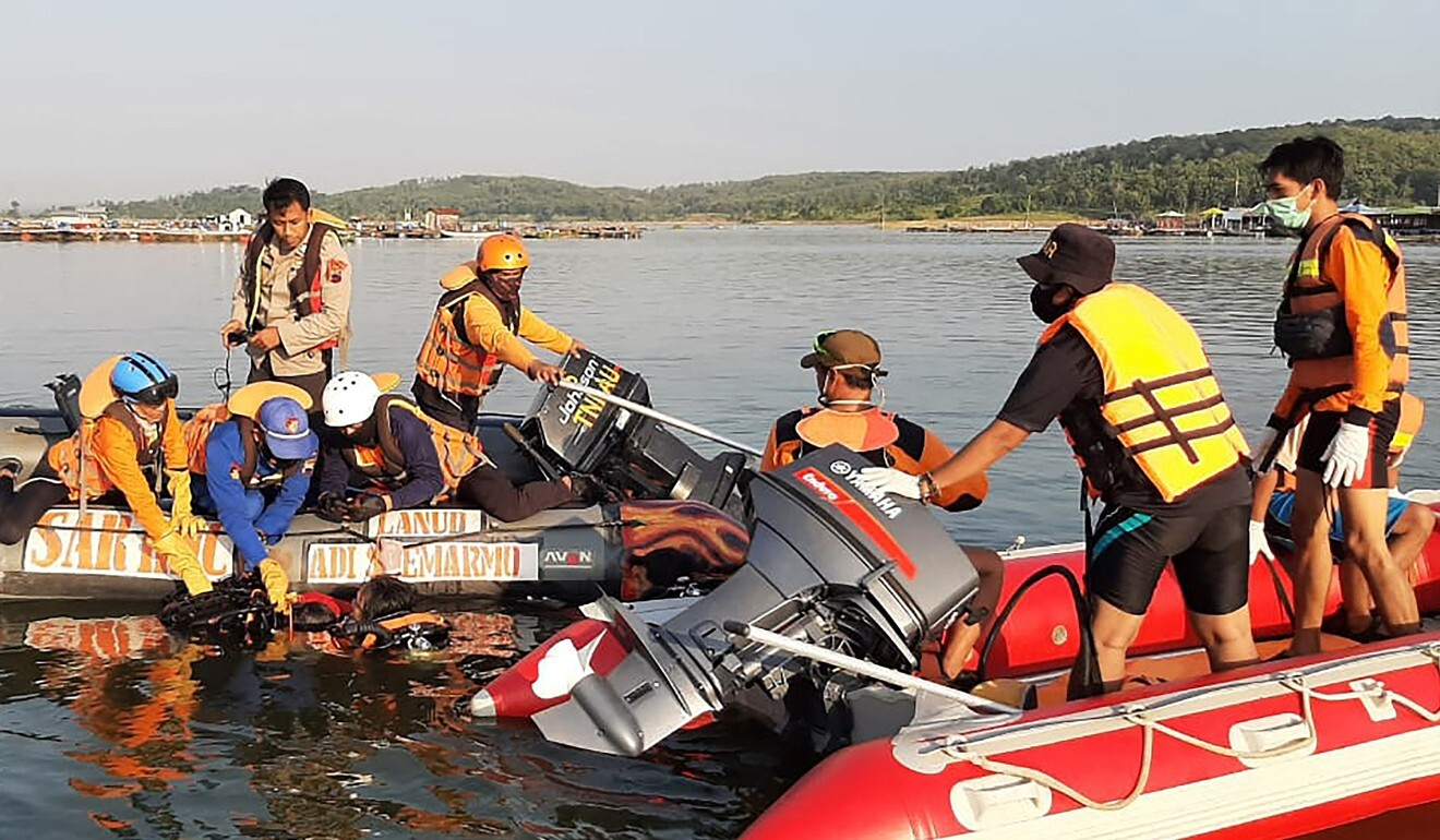 Rescuers search for victims after a boat carrying 20 holiday-makers capsized in a reservoir in Boyolali, Central Java. Photo: Handout/National Search and Rescue Agency (Basarnas)/AFP