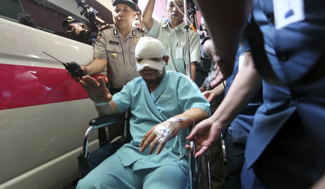 Penyidik Komisi Pemberantasan Korupsi KPK Novel Baswedan meninggalkan rumah sakit pada 2017 setelah diserang dengan asam oleh penyerang tak dikenal  Foto AP