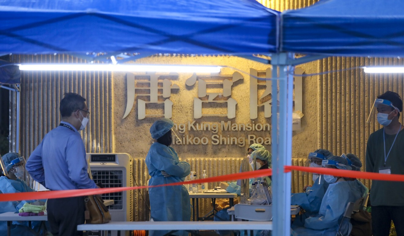 Medical workers at Tang Kung Mansion in Taikoo Shing conduct compulsory Covid-19 tests. Photo: Xiaomei Chen