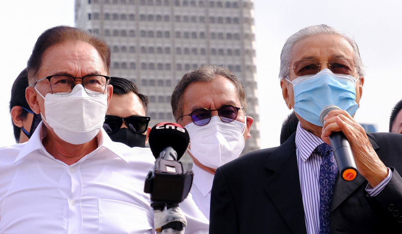 Opposition leader Anwar Ibrahim (left) and former prime minister Mahathir Mohamad (right) call for Muhyiddin's resignation at Merdeka Square on Monday. Photo: Bloomberg